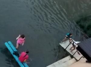 В настоящее озеро превращается после дождя двор на улице Достоевского в Шахтах