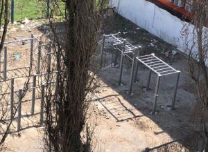 На месте  стихийной свалки в Шахтах появилась новая спортплощадка, но мусор убрать забыли