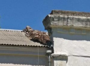 Отвалился кусок кладки на крыше школы №31 в поселке Артем в Шахтах