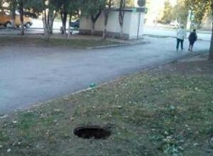 «Каждый день мимо открытого люка ходят в школу детки», - возмущены жители ХБК в Шахтах