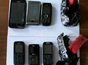 Тринадцать телефонов пытались перебросить в шахтинскую колонию