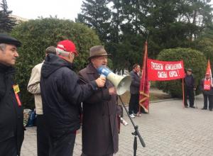 Эмоциональные шахтинские коммунисты в мегафон читали стихи и обсуждали власть