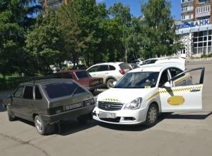 Выезжая с парковки тонированный ВАЗ протаранил такси в Шахтах