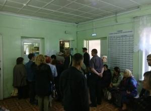 Огромные очереди в регистратуру и ужасный подъезд ожидают шахтинцев в больнице №2