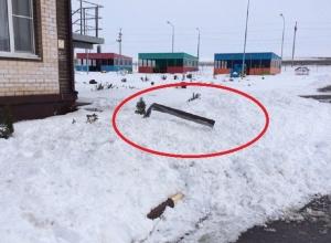 Снег с крыши детского сада рухнул на пешеходную дорожку в Каменоломнях под Шахтами