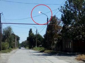 Весь день горели уличные фонари в переулке Юный Спартак в Шахтах