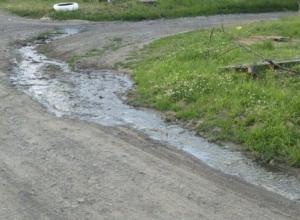 В шахтинском поселке уже неделю течет канализация, наполняя воздух смрадом