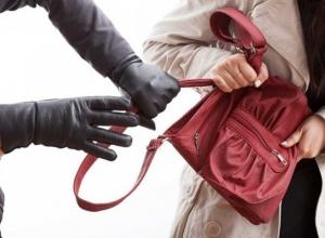 Юный шахтинец толкнул женщину и отобрал у неё сумку