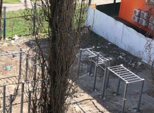 После публикации в «Блокноте Шахты» проход  на стадион закрыли, но мусор остался