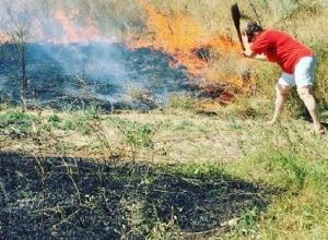 Степной пожар, подбирающийся к домам, тушили жители поселка Поповка в Шахтах