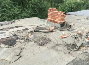 Два года дождь и снег с аварийной крыши заливает квартиры шахтинцев на улице Обухова