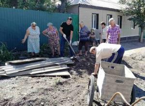 На субботнике шахтинцы собрали мусор, траву и выровняли грунтовые дороги