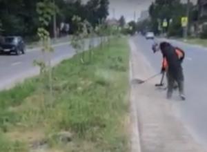 «Грязь кидают на клумбы» - шахтинца возмутила уборка дорог