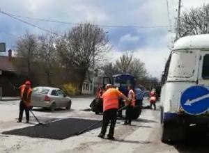 Ремонт дорог по-шахтински – холодный асфальт закатывают катком или закидывают в ямы из кузова автомобиля