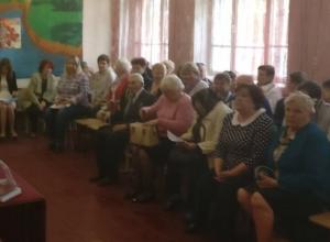 Старенькому ветерану не давали слова  во время встречи сити-менеджера с жителями поселка Петровка в Шахтах