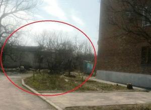 Среди руин стоит трехэтажный жилой дом на улице Милиционной в Шахтах