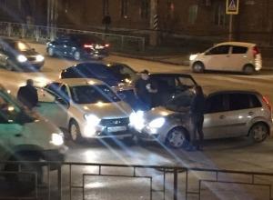 Двойное ДТП из 4 машин парализовало движение на улице Маковского в Шахтах