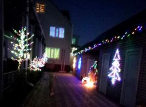 Жители шахтинского посёлка Фрунзе похвастались, как украсили свои жилища к Новому году