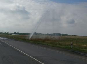 Мощный коммунальный фонтан, высотой несколько метров, забил недалеко от Шахт