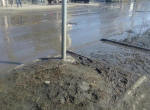После публикации в «Блокноте Шахты» на переходе  установили светофор, но высокие бордюры и грязь остались