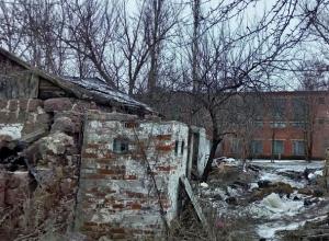 Разваленные строения и горы мусора граничат со школой № 23 в Шахтах