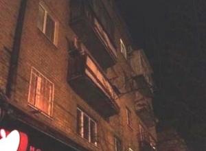 Аварийный балкон напугал шахтинку на проспекте Победы Революции