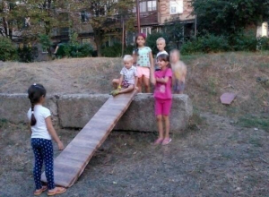 Деревянная горка, обитая линолеумом - суровое шахтинское детство