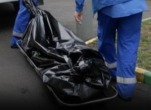 Труп неизвестного мужчины в домашних тапочках обнаружен самом центре Шахт
