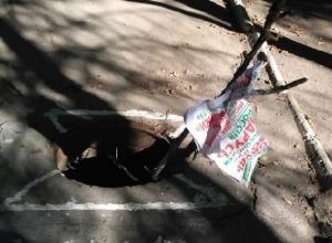 Открытый люк на неосвещенной дорожке бросили коммунальщики около больницы ХБК в Шахтах