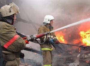 Большой пожар вспыхнул в Шахтах за день до Нового года