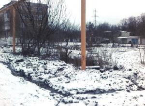 «Реки» питьевой воды заливают переулок Студенческий в Шахтах