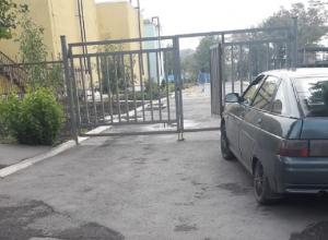 Открытый люк брошен на дороге в детский сад в Шахтах