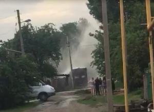 Мощный фонтан водопроводной воды затопил улицу Калиновского в Шахтах