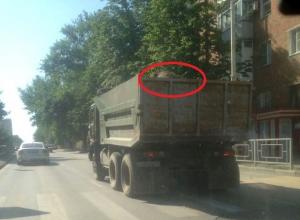 Разбрасывая во все стороны пыль, камни и мусор ездят по Шахтам грузовики