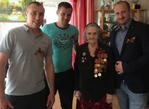 Ветеранов Октябрьского района поздравили шахтинцы в предверии Дня Победы