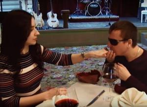 Слепой шахтинский певец признался в любви своей жене, сняв трогательный клип