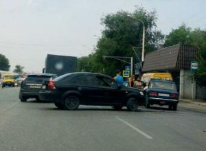 На широком проспекте в Шахтах не смогли разъехаться ВАЗ и «Шевроле»
