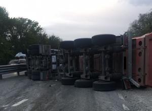 Из-за взорвавшегося колеса перевернулась фура и пострадал 45-летний водитель недалеко от Шахт