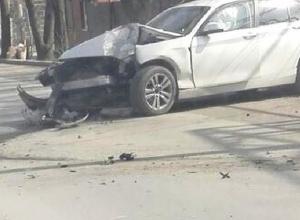 В Шахтах BMW не удержался на дороге и впечатался в столб