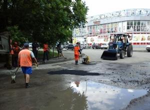 Шахтинские дорожники укладывали асфальт в лужи сразу после дождя