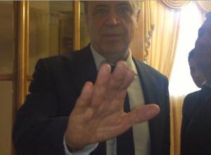 Обманутых переселенцев и журналистов не впустили на встречу с замгубернатора в Шахтах