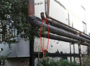 Горячая вода из трубы  течет по улице в Шахтах уже несколько дней