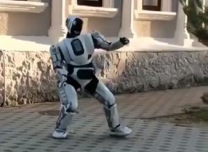 Танцующего на улице робота заметили в Шахтах