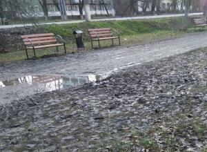 Шахтинец высмеял лавочки, установленные в грязи в посёлке Артём