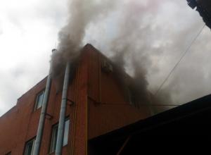 В центре Шахт огонь охватил производственные помещения хлебокомбината, принадлежащего депутатам
