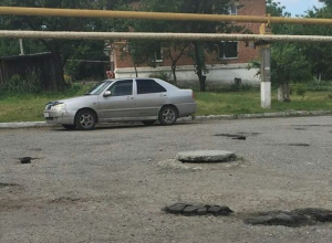 В Шахтах ямы на дороге прикрыли кусками асфальта