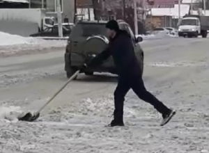 Чистя тротуары, шахтинцы выкидывают снег на дорогу
