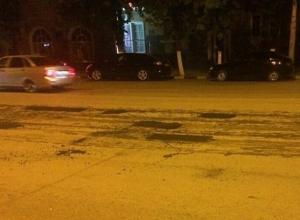 Шахтинцы утверждают, что дорожники вырезали ямы на ровном асфальте
