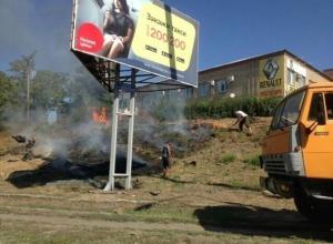 Шахтинцы самостоятельно тушат пожар на улице Маяковского