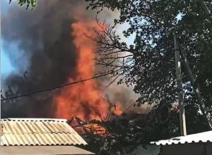 В Шахтах в переулке Братском горит дом